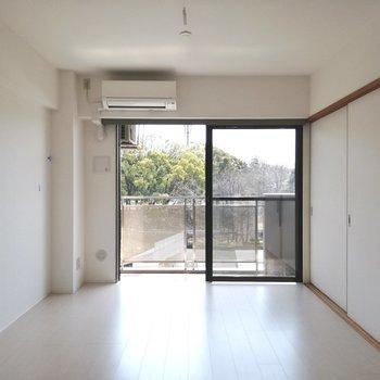 【LDK】陽の入りは良好※写真は5階の反転間取り別部屋のものです