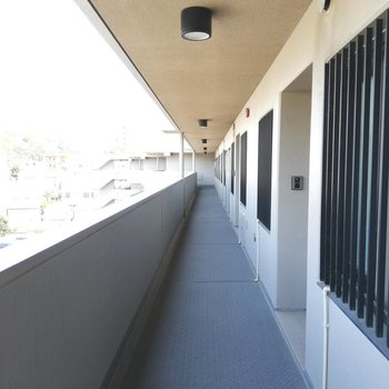 共用廊下は屋根があるので濡れませんね