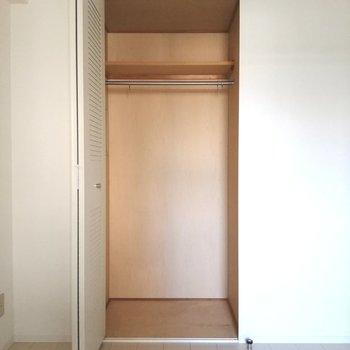 【洋室②】 こちらの収納はハンガーラックです※写真は5階の反転間取り別部屋のものです