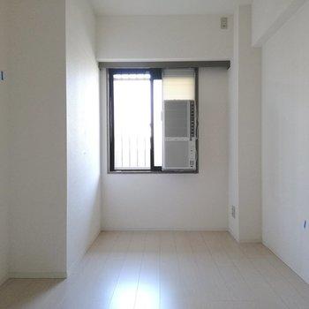 【洋室②】こちらも冷房完備、子供部屋としても使えそうです※写真は5階の反転間取り別部屋のものです