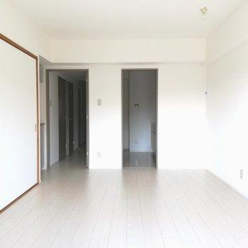 【LDK】リビングはキッチンへと続いています※写真は5階の反転間取り別部屋のものです