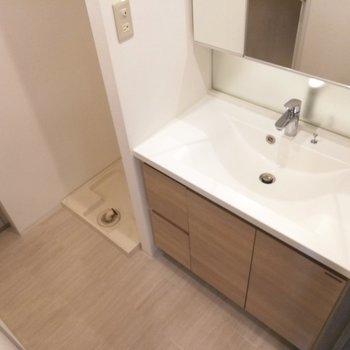 洗面台、脱衣所、洗濯置場が一緒です※写真は5階の反転間取り別部屋のものです