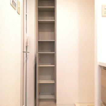 雑品のストックは収納スペースへ※写真は5階の反転間取り別部屋のものです