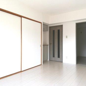 【LDK】和室は引き戸で仕切れます※写真は5階の反転間取り別部屋のものです