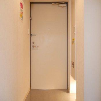 玄関は、足元にライトがついていておしゃれだし便利!