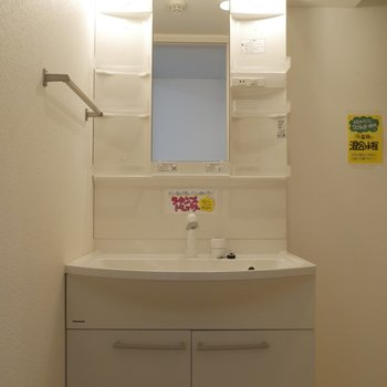 ライト付きの独立洗面台がうれしい^^