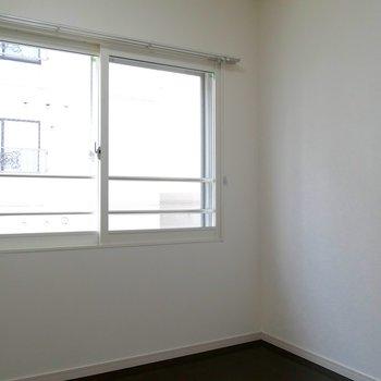 お次は、5.3帖の洋室です。寝室用かな〜!