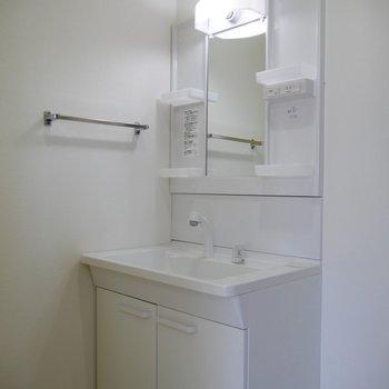 独立洗面台はシンプルなホワイト!脱衣所も兼ねてます◎