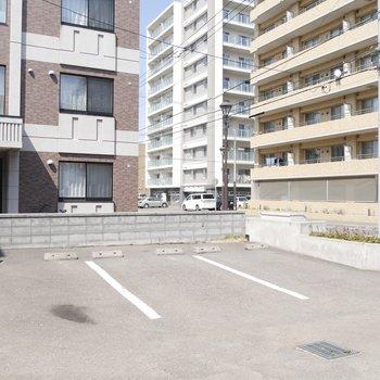 駐車場スペースは通りに面しています!