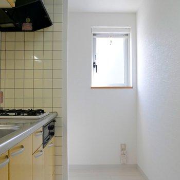 キッチンにも小窓がついてるんです♪