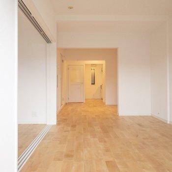 白い壁に無垢の床が映えますね