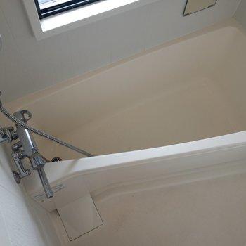 浴室乾燥機付きのバスルーム ※写真はクリーニング前のものです
