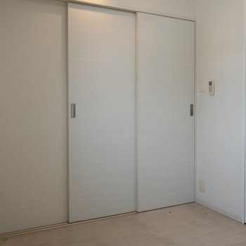 【洋室】引き戸を閉めると寝室に  ※写真はクリーニング前のものです