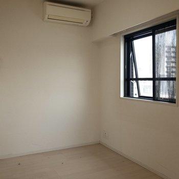 【洋室】隣のお部屋にも窓が ※写真はクリーニング前のものです