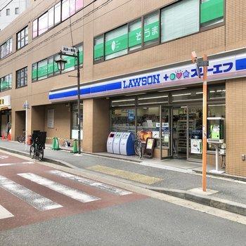 駅の目の前にはコンビニやコーヒーショップがあり、