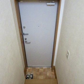シューズボックスはないので、階段に並べるのがいいかも