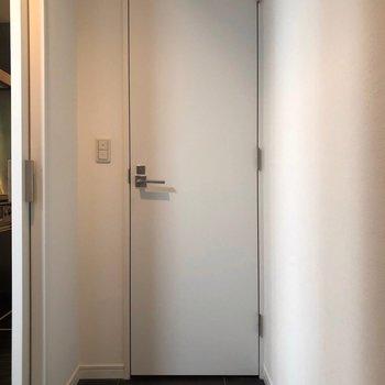 反対側の、この扉は…