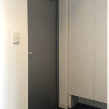 玄関はシンプル。