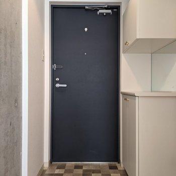 オシャレなタイル張りの玄関スペース。