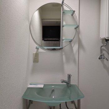 オシャレな形をした独立式洗面台です。