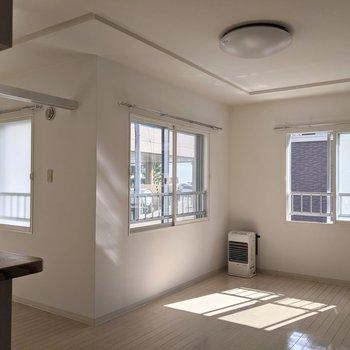 【リビング】窓が3箇所にあります。明るい日差しが入ってきます◎