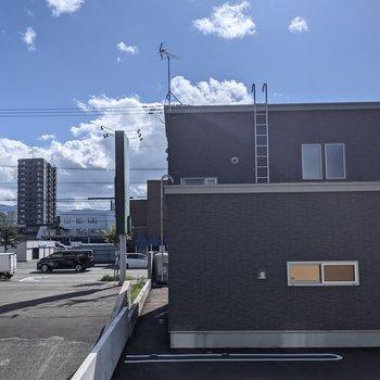 【リビングからの景色】正面には隣の建物が見えますが、空を見ることもできます。
