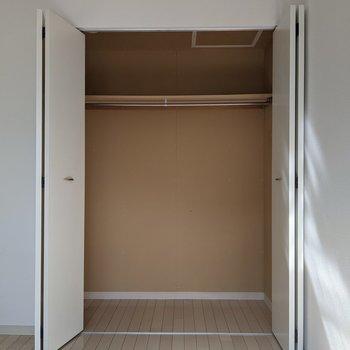 【洋室】頼もしい容量です。衣類や掃除機まで様々なものが収納できますね◎
