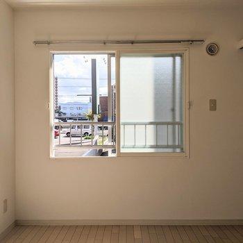 【洋室】窓は南向き。日中は明るい日差しが入ってきます。