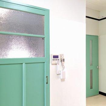 このドアの色が可愛い!!左がお風呂。右がトイレの扉です。(※写真は清掃前のものです)