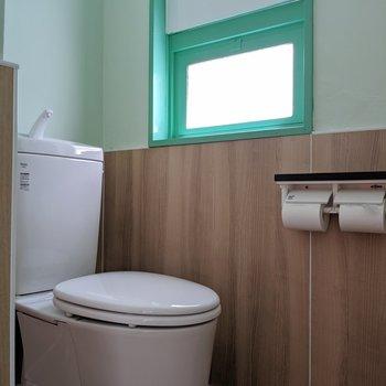 おそろいの窓枠でトイレも可愛く。(※写真は清掃前のものです)