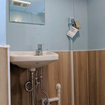 お風呂と同スペースに独立洗面台あります。(※写真は清掃前のものです)