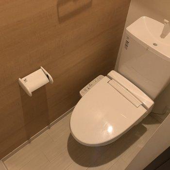落ち着いた色味のトイレ。ウォシュレット付き。