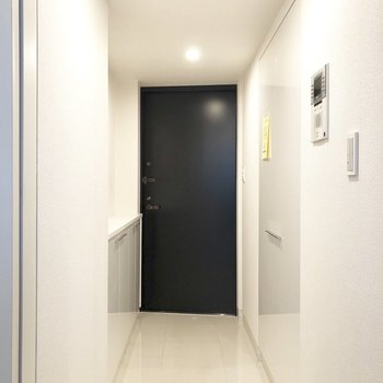 白の玄関。足場は長く続いています。