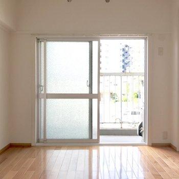 洋室にも掃き出し窓。