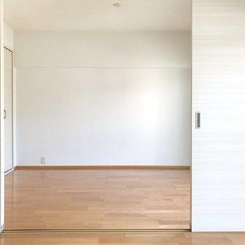 LDKと洋室は4枚の引き戸で仕切るタイプです。