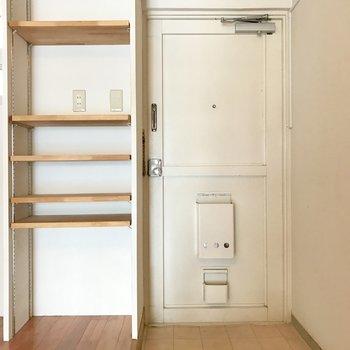 左の棚、上段は小さい収納ケースを置いて下段はシューズボックスとして使うのが良さそう。