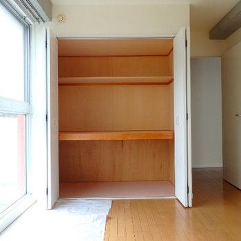 寝室。押し入れに収納たっぷり (※写真は同間取り別部屋のものです)