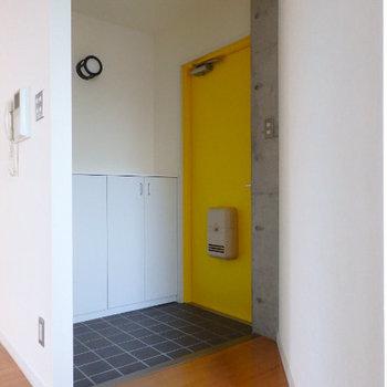 玄関ドアは黄色! (※写真は同間取り別部屋のものです)