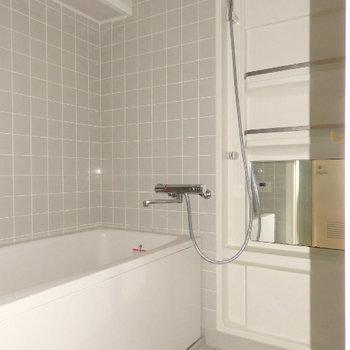 ちょっと懐かしいお風呂のタイルが可愛い、実際にはひねるタイプの蛇口です (※写真は同間取り別部屋のものです)