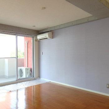 壁色は薄いパープル (※写真は同間取り別部屋のものです)