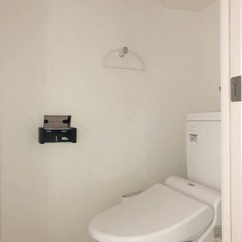 温水洗浄付のトイレ。※写真は通電前・フラッシュを使用して撮影しています