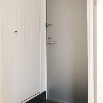 黒のタイルがおしゃれな玄関。
