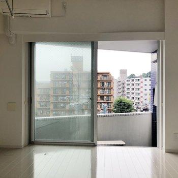 【洋室】こちらも大きめの窓。