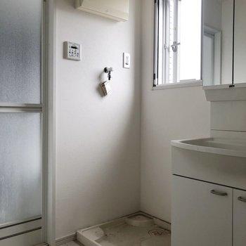 脱衣所にも窓がありますよ~。※写真はクリーニング前のものです