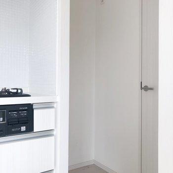 【LDK】キッチンの横には冷蔵庫置場も。