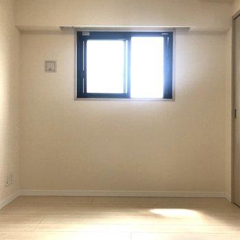 【洋室】小窓からちょっぴり光が。※写真はクリーニング前のものです