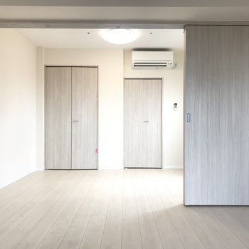 【洋室】奥は5.3帖ほどのベッドルーム。※写真はクリーニング前のものです