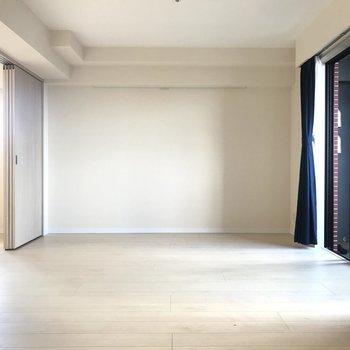【LDK】こっちはゆったりスペース。※写真はクリーニング前のものです