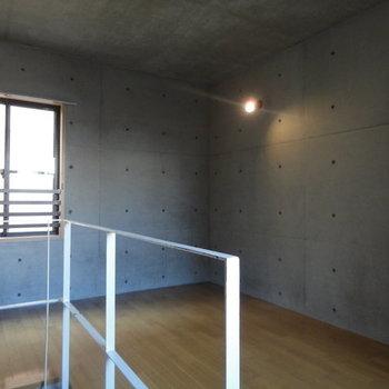 コンクリがいい感じ※写真は1階の同間取り別部屋のものです
