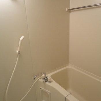きれいなお風呂です※写真は1階の同間取り別部屋のものです